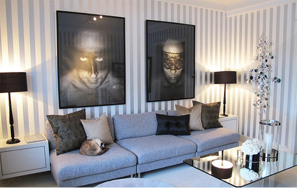 Create a modern living room with striped walls - Salon gris beige et blanc ...