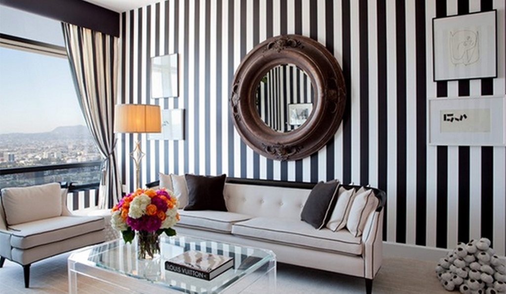 Create a modern living room with striped walls for Art decoration maison