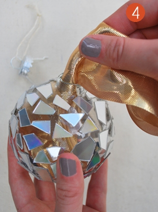 5.Fill the ornament with golden material