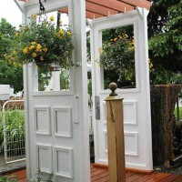 12 ideas to recycle old doors and windows for garden decor for Where to recycle old windows