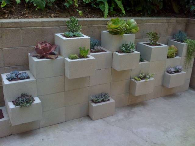 10 cool ideas to decorate your home with concrete blocks for Block garden wall designs