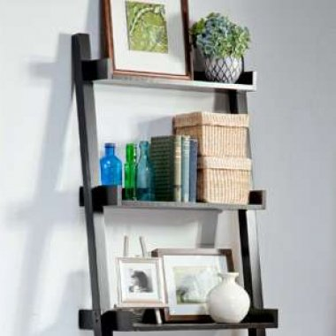 Create a sturdy bookshelf from an old ladder