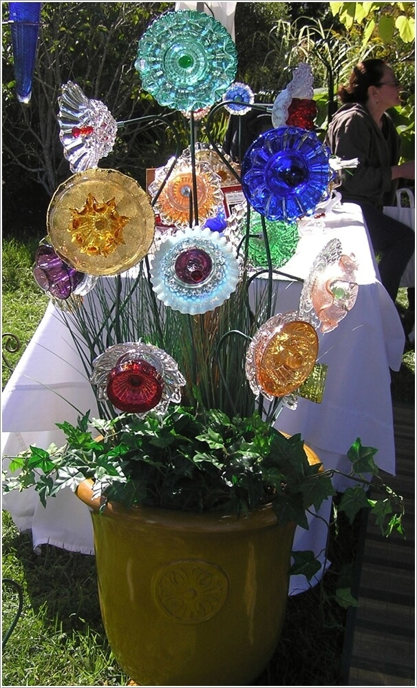 10 wonderful garden accents created from recycled materials for Recycled glass flowers